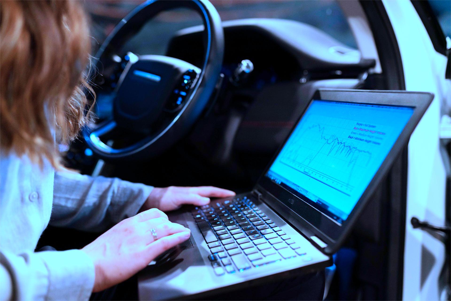 Computer aperto dentro una macchina - Blu Revisioni - diagnostica computerizzata